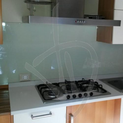 paraschizzi-cucina-in-vetro-laccato-su-misura